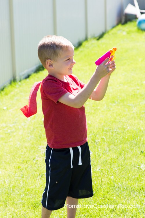 Squirt Gun War - 4th of July Games - www.momshavequestionstoo.com