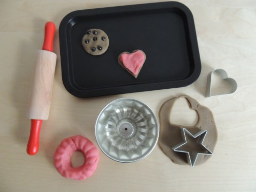 Have fun with playdough by making cookies and cakes. Use beads for chocolate chips and colored playdough for frosting.